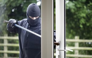 img ladron forzando puerta